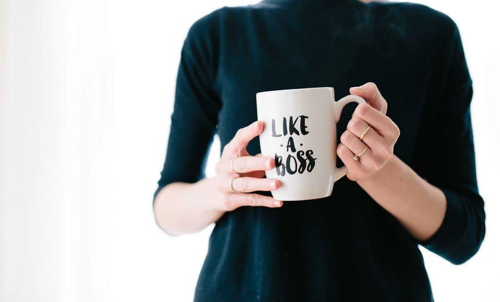 fille en habit professionnel avec une tasse like a boss