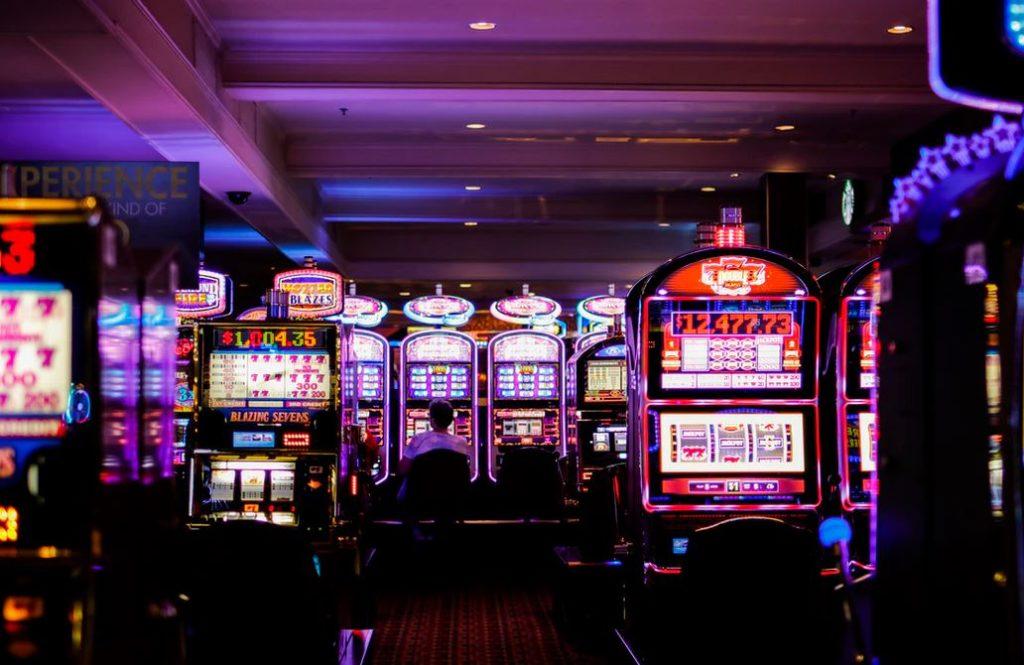 la salle des machines à sous d'un casino canadien